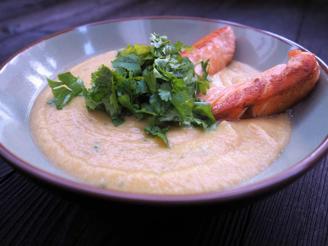 Karfiol-Zucchinisuppe mit Koriander und Lachs