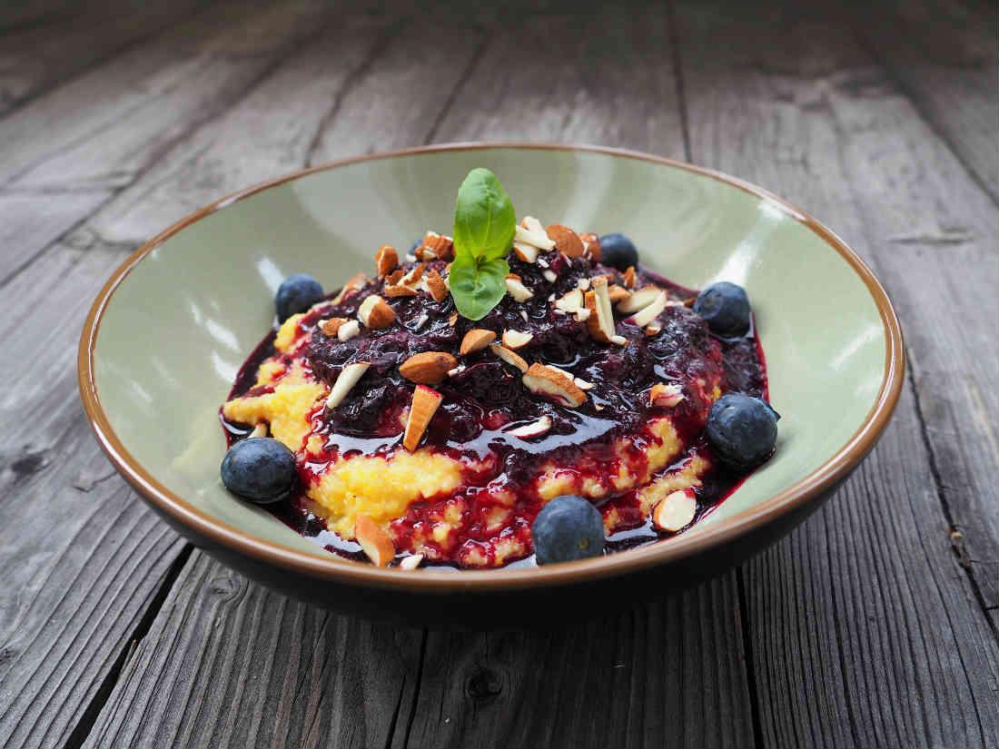 Frühstücksrezept! Süße Polenta mit Heidelbeeren und Mandeln