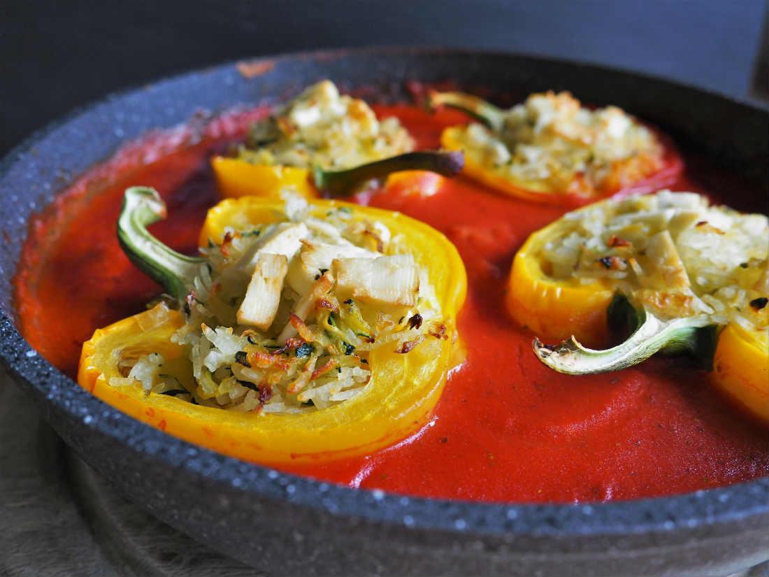 Vegetarisch gefüllte Paprikaschiffe im Tomatenmeer