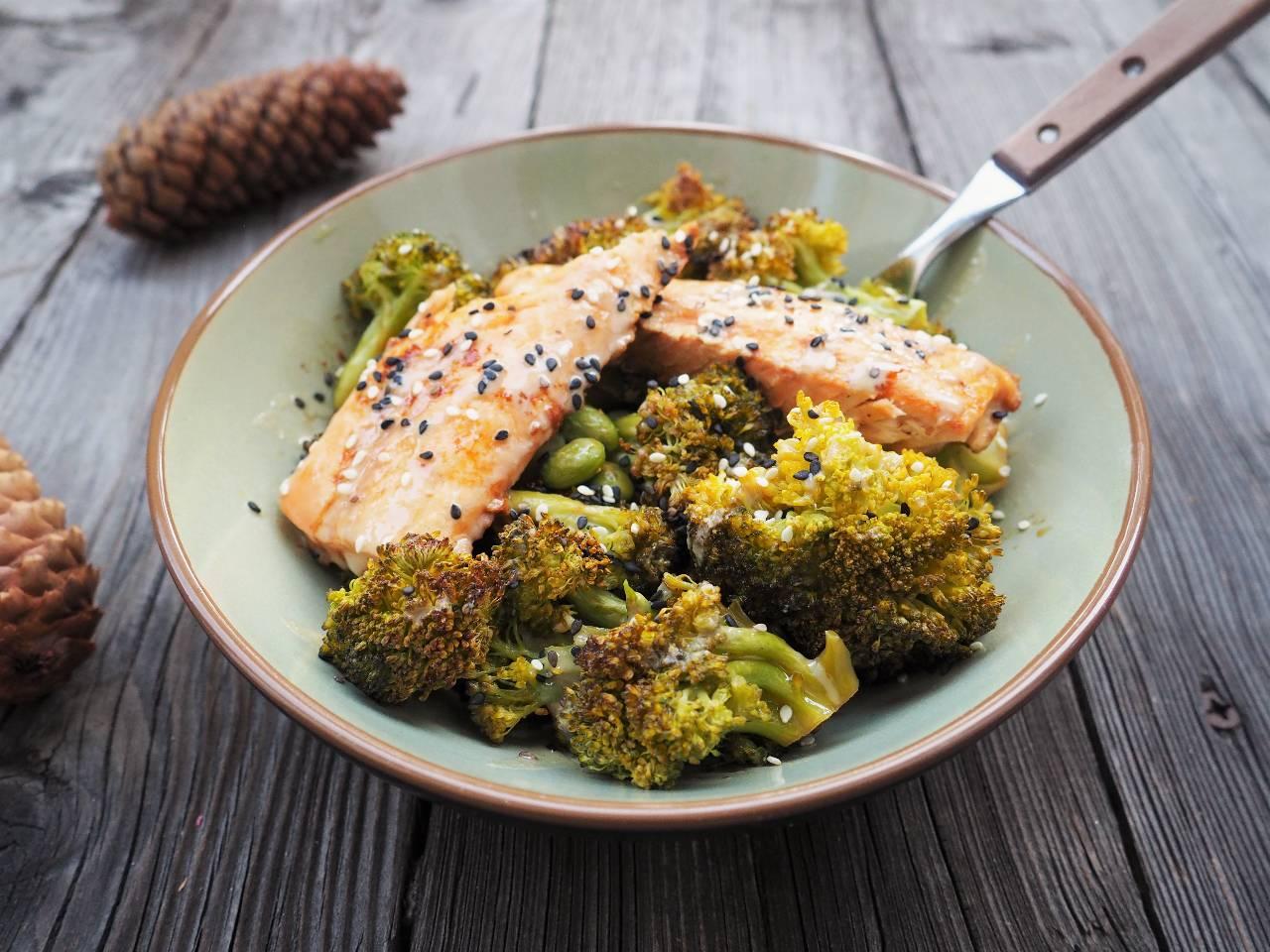 Teriyaki-Wildlachs mit Brokkoli und Sojabohnen