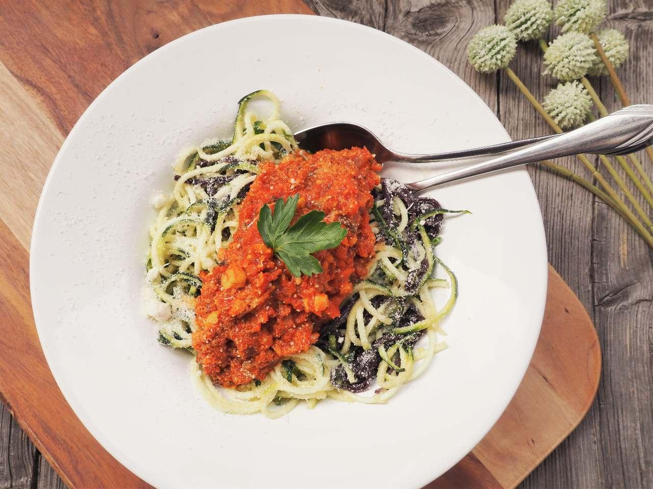 Fleischlose Bolognese auf Zucchininudeln